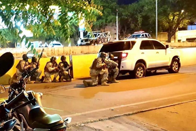 PMs negociam para que o condutor se entregue  (Foto: Reprodução/Facebook O Sobralense)