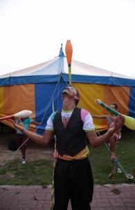 O malabarista Xavier Ruiz é da Venezuela e já participou de mais de 15 convenções de circo (FOTO: JÚLIO CAESAR / O POVO)