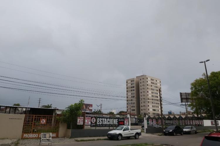 Céu nublado visto a partir do bairro José Bonifácio, em Fortaleza, na manhã desta sexta-feira, 17