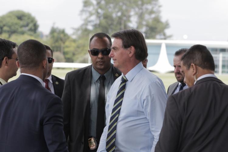 Presidente Jair Bolsonaro cumprimenta populares na entrada do Palácio da Alvorada  (Foto: Valter Campanato/Agência Brasil)