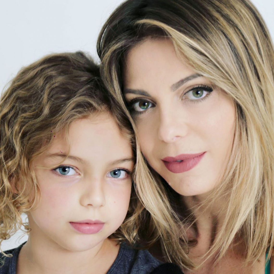 Sheila Mello publica foto ao lado da filha Brenda e as duas chamam atenção pela semelhança .
