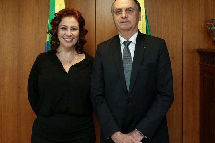 Conversa entre deputada e ex-ministro foi divulgada ao Jornal Nacional como prova das acusações de interferência política no comando da Polícia Federal; na foto: Zambelli com o presidente Jair Bolsonaro (Foto: Reprodução)