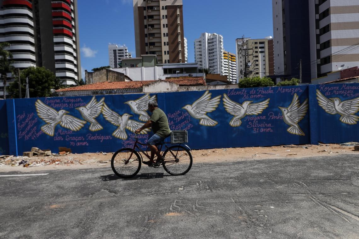 FORTALEZA, CE, BRASIL, 20-01-2020: Moradores comentam sobre o que gostariam de ver construido no lugar do Edifício Andrea (Foto: Thais Mesquita/O POVO)