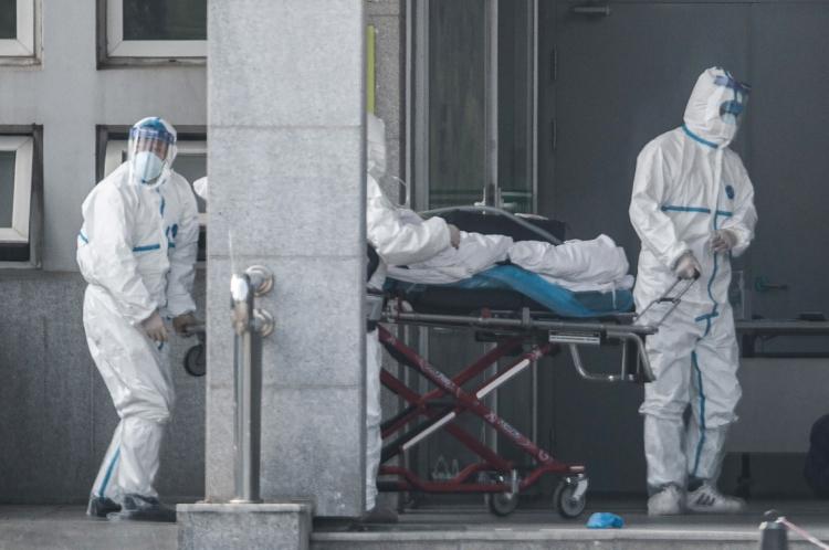 A verdadeira escala do surto de um misterioso SARS- como o vírus na China provavelmente é muito maior do que o relatado oficialmente, alertaram os cientistas, à medida que os países adotam medidas para impedir que a doença se espalhe. (Foto de STR / AFP)