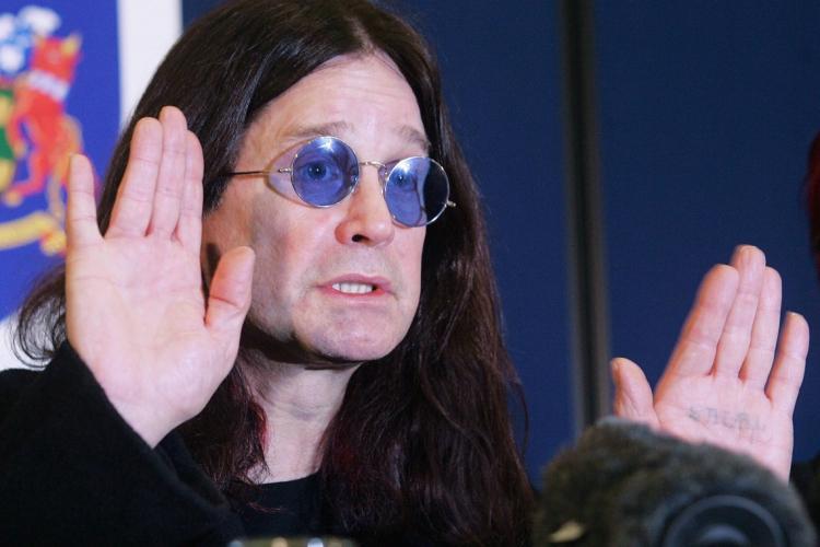 O cantor disse que acha divertido disparar com seu rifle (Foto: Jim WATSON / AFP)