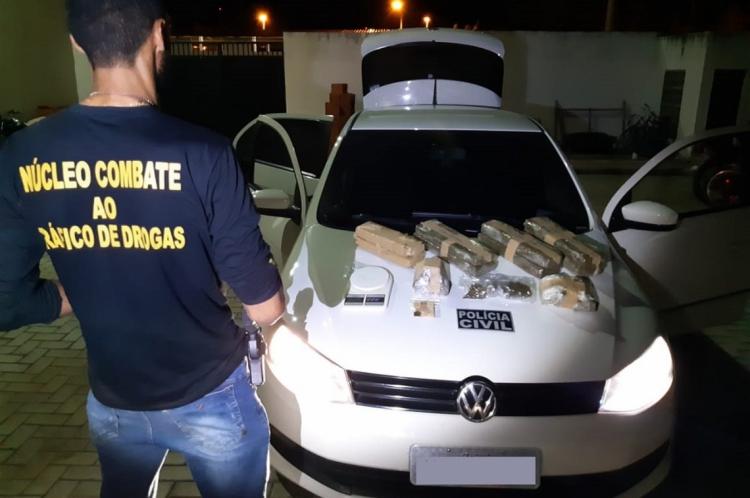A polícia encontrou quase 11 kg de maconha após revista no veículo e nas casas dos presos.