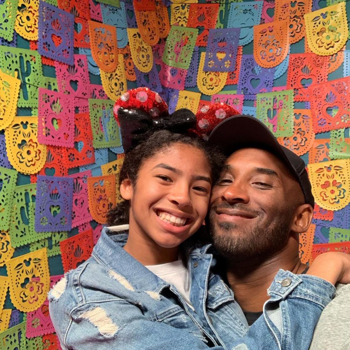 Kobe Bryant e a filha, Gianna, faleceram em queda de helicóptero neste domingo (26)