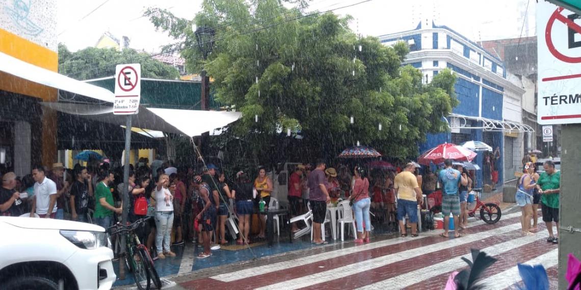 No Mercado dos Queijos, foliões se abrigam para fugir da chuva