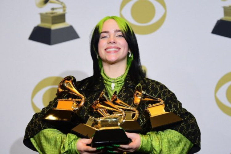 No Grammy Awards de 2020,Billie Eilish foi a artista mais jovem a ganhar todas as categorias principais do Grammy.  (Foto: billie-eilish-grammy-2020-ganhadora-1-800x445)