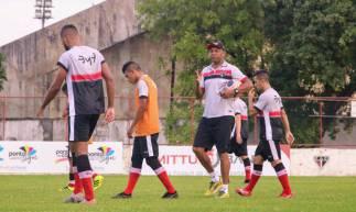 Anderson Batatais (centro) comandou treino tático nesta terça-feira