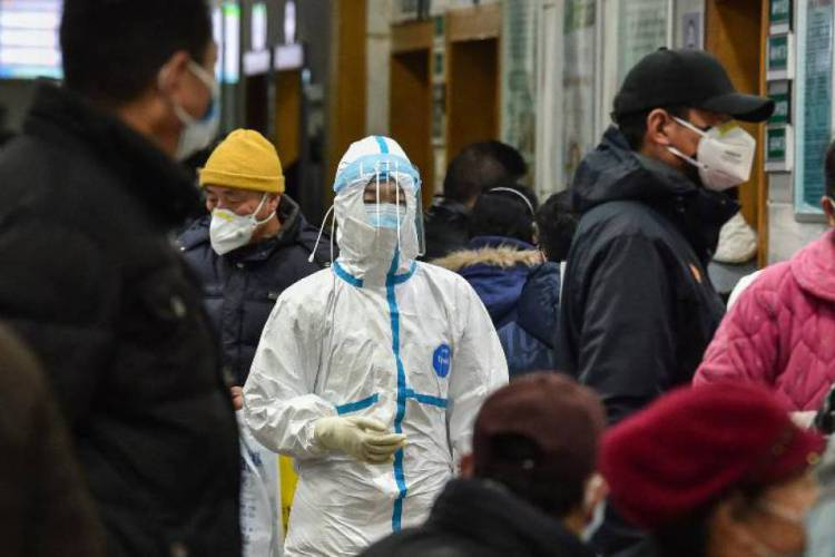 Médica usando roupas de proteção no hospital da Cruz Vermelha em Wuhan, na China (Foto: AFP)
