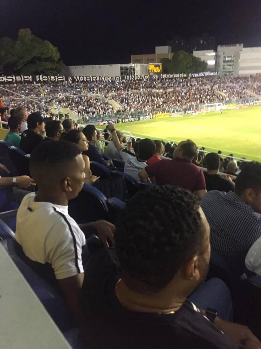Léo Chu, de branco, foi flagrado assistindo o jogo do Ceará
