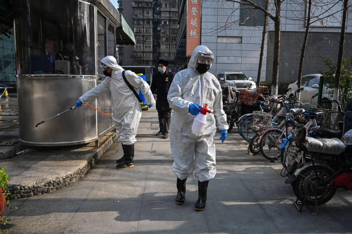 Trabalho de desinfecção de uma área em Wuhan, na província de Hubei, epicentro do surto do novo coronavírus.