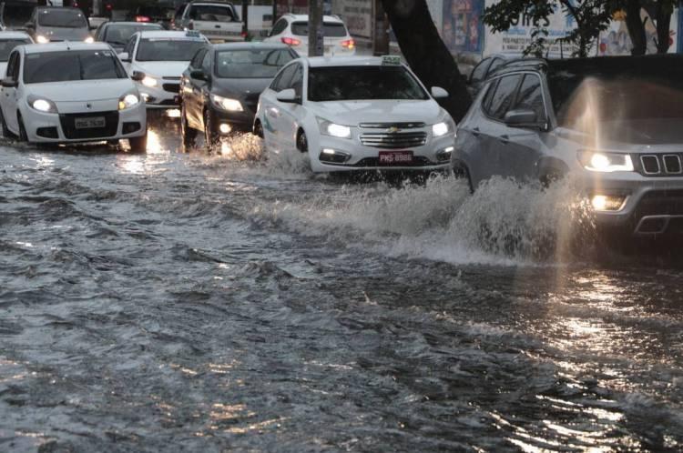 Em épocas de chuva, é preciso evitar vias que alagam com mais frequência