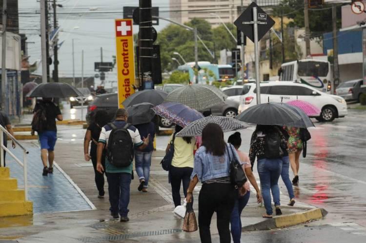 FORTALEZA, CE, BRASIL, 31-01-2020: Pedestres em chuva forte. Fortes chuvas em Fortaleza. (Sandro Valentim/O POVO)
