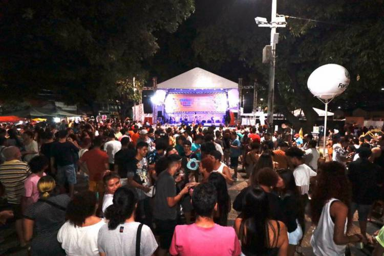 Público acompanha o segundo fim de semana de Pré-Carnaval na Praça da Gentilândia (Foto: Beatriz Boblitz)