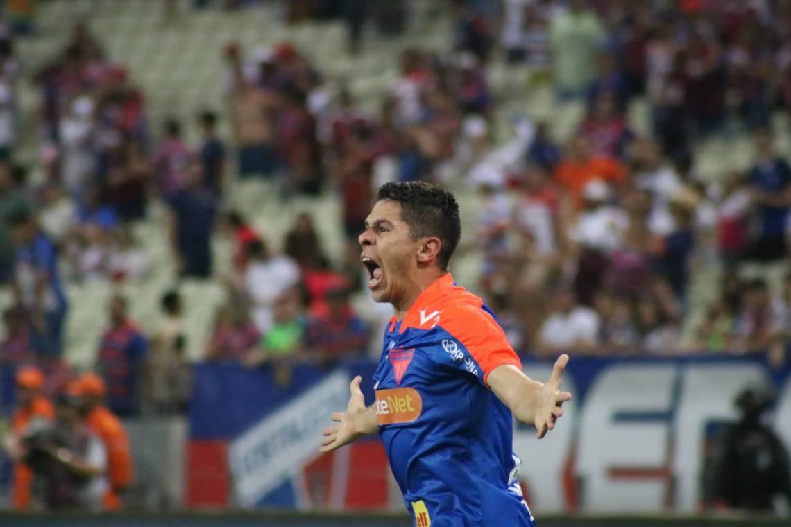 Osvaldo comemora gol no Clássico-Rei