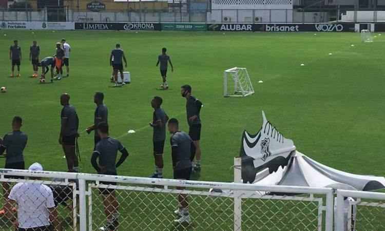 Tiago foi visto com o elenco alvinegro no treino desta segunda