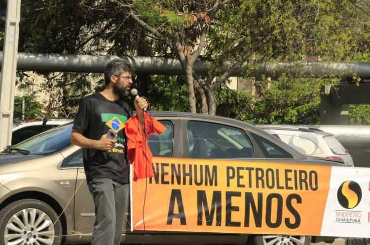 FORTALEZA, CE, BRASIL, 03-02-2020: Emanuel Menezes, da Federação única dos Petroleiros em frente a Refinaria Lubrificantes e Derivados do Nordeste (Lubnor), em estado de greve. (Foto: Mauri Melo/O POVO).