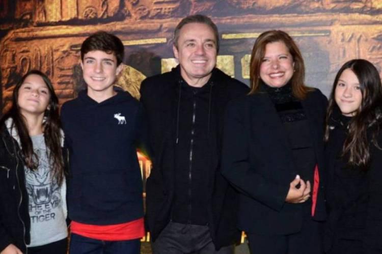 Gugu junto de Rose e os três filhos.