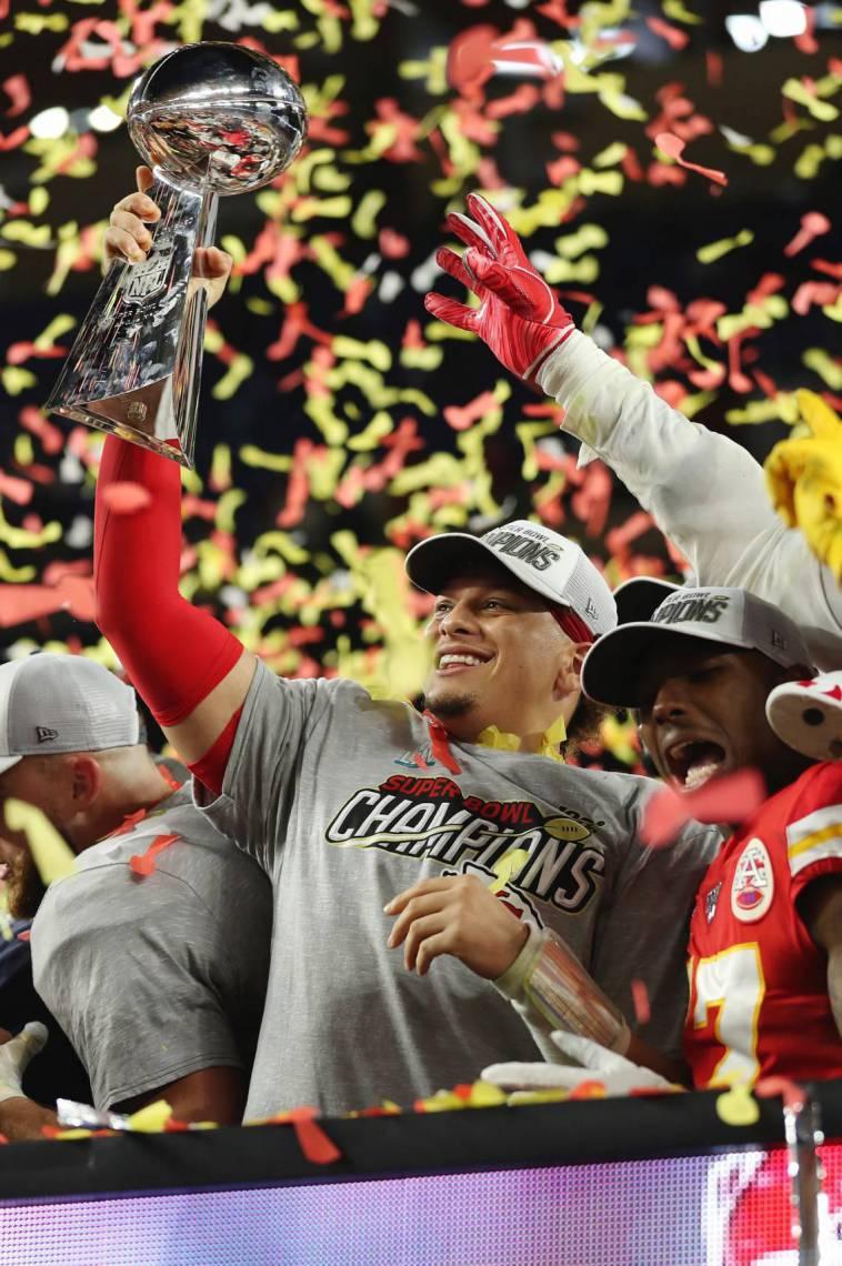 Patrick Mahomes, MVP do Super Bowl 54, levanta a taça de campeão da NFL