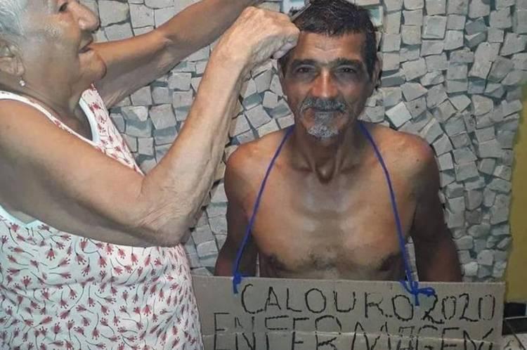 Alcyr teve o cabelo cortado pela mãe de 90 anos
