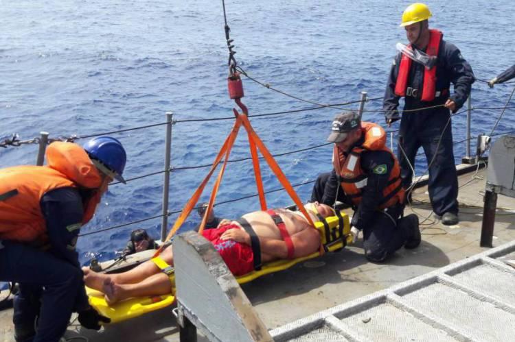 Homem é resgatado de embarcação com suspeita de AVC