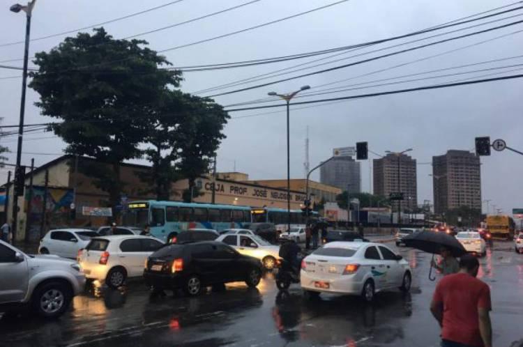 Semáforos ficaram sem funcionar durante a chuva desta noite