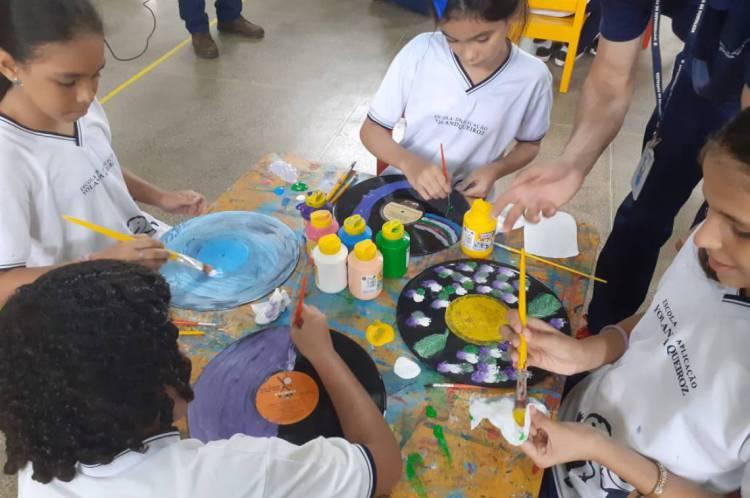 as crianças foram acompanhados pelo artista plástico pernambucano Leopoldo Nóbrega enquanto usavam de tinta e pincel para contribuir no visual do icônico Galo da Madrugada