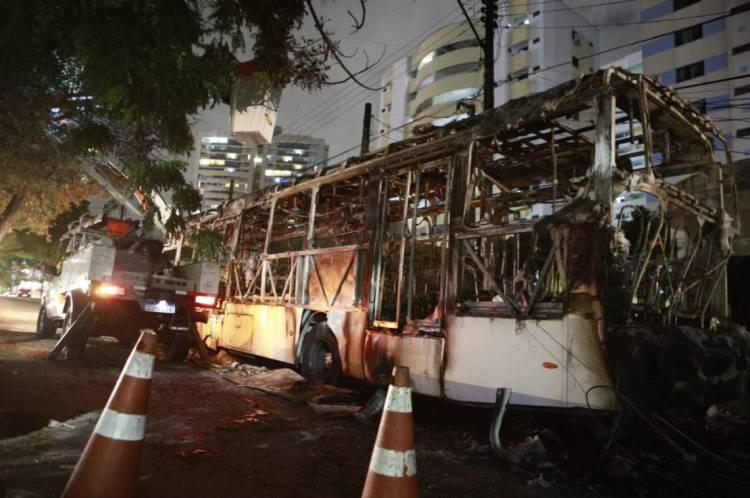 Ônibus pega fogo após pane elétrica no cruzamento da rua Tibúrcio Cavalcante com avenida Padre Antônio Tomás, nesta terça-feira, 4.