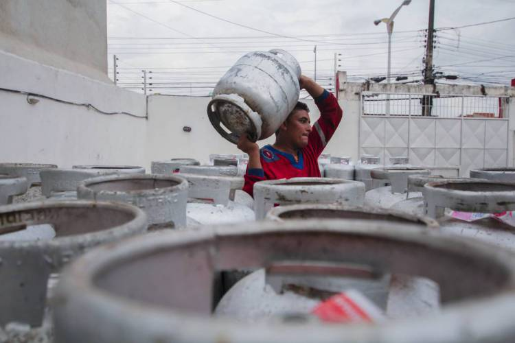 Segundo Camilo, a empresa Nacional Gás irá vender os botijões ao governo a preço de custo (Foto: Beatriz Boblitz)