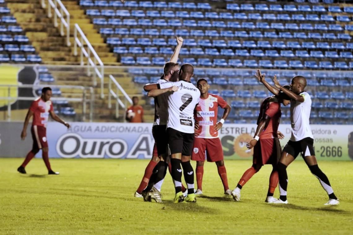 Jogadores celebram o primeiro gol do Ceará, marcado pelo zagueiro Klaus.