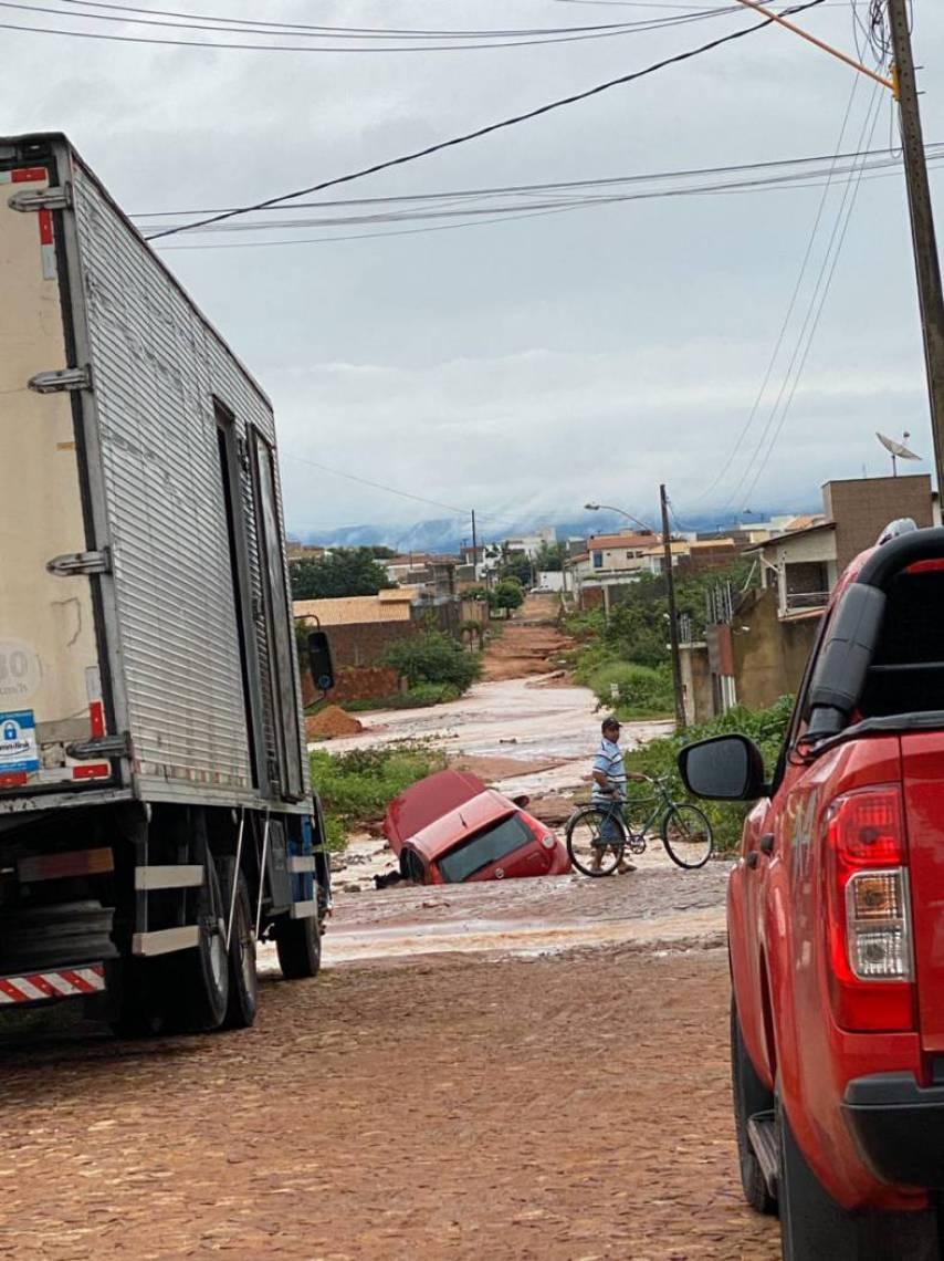 Carro ficou preso em rua sem pavimentação adequada