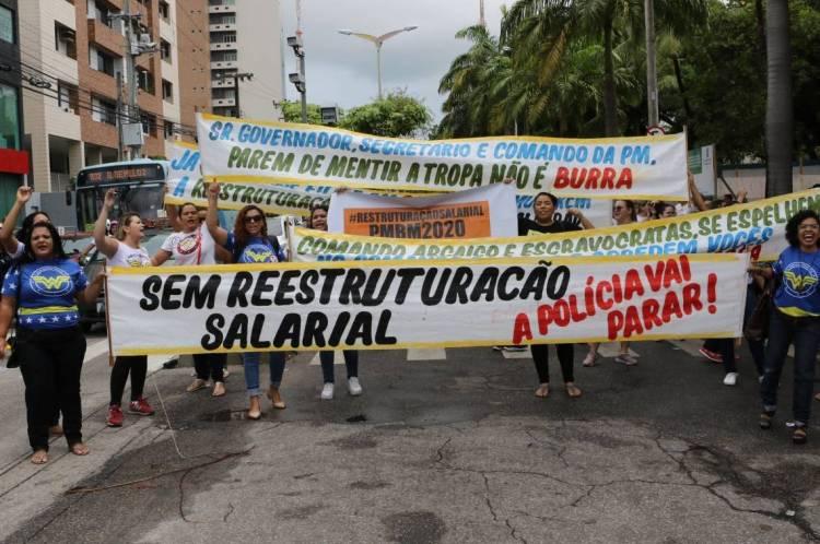 Policiais militares e bombeiros do Ceará ameaçam entrar em greve durante protesto na Assembleia Legislativa