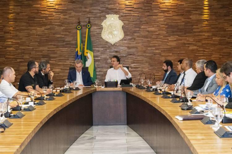 Camilo Santana, presidente da Assembleia, José Sarto, e líderes aliados receberam representantes de policiais