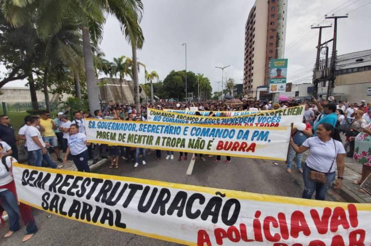 Manifestantes bloqueiam avenidas no entorno da Assembleia Legislativa