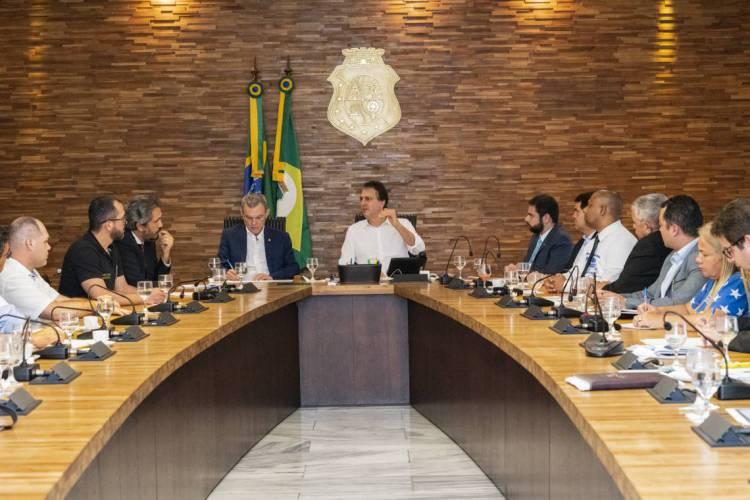 Camilo Santana, presidente da Assembleia, José Sarto, e líderes aliados receberam representantes de policiais (Foto: Carlos Gibaja/Governo do Ceará)