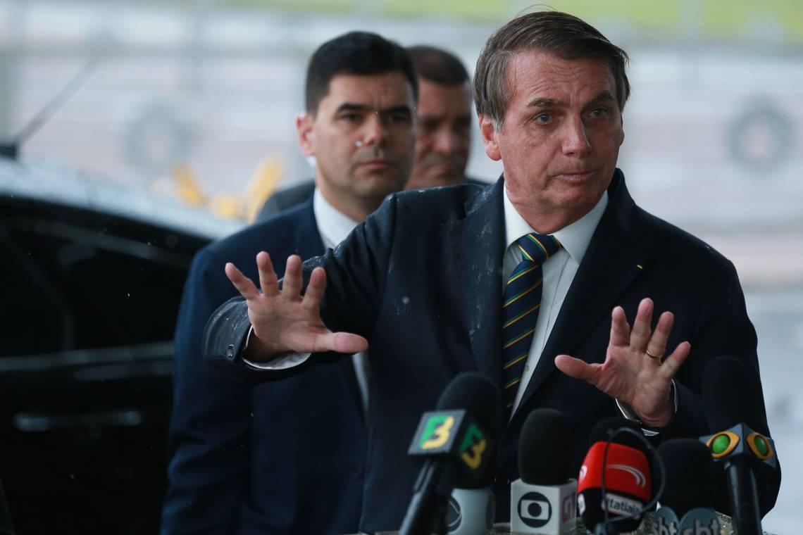 Presidente Jair Bolsonaro cumprimenta  populares ao sair do Palácio da Alvorada