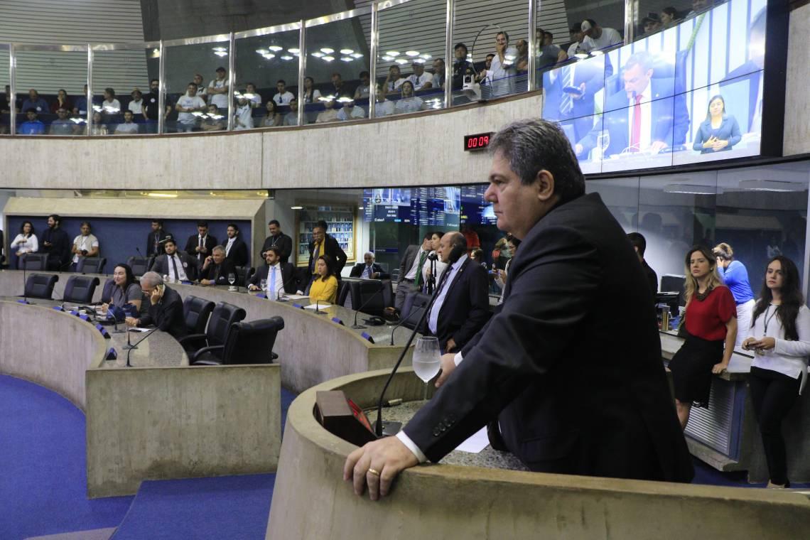 GALERIAS do plenário ficaram cheias e marcadas por manifestações aos discursos dos parlamentares