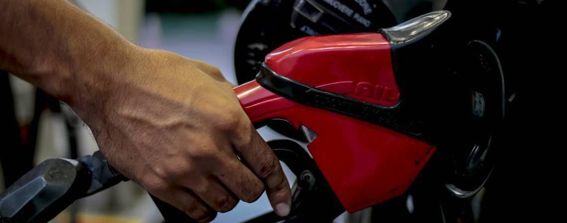 Redução do preço da gasolina acontece por conta da baixa do petróleo no mercado internacional (Foto: AURELIO ALVES)