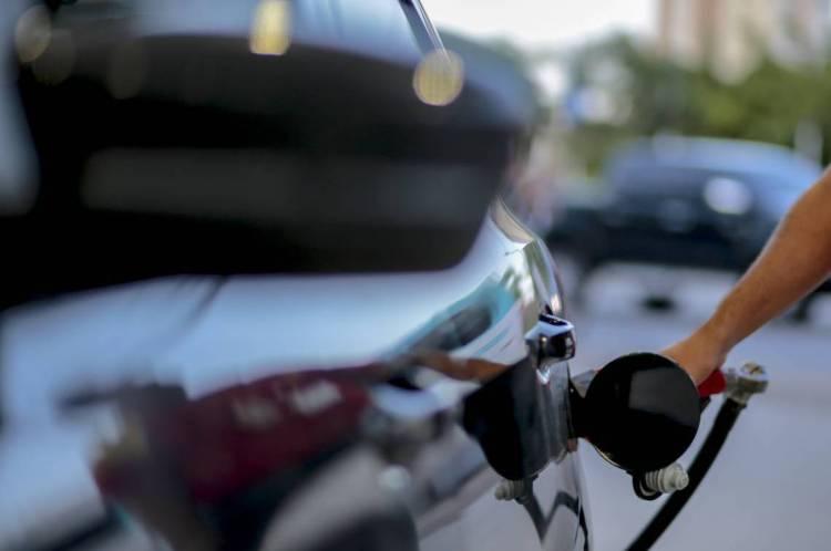 FORTALEZA, CE, BRASIL, 07-02-2020: Posto de gasolina na Avenida Aguanambi. Aumento no valor da gasolina por causa da alta na inflação, movimentação de carros e motos em posto de gasolina. (Foto: Aurelio Alves/O POVO).