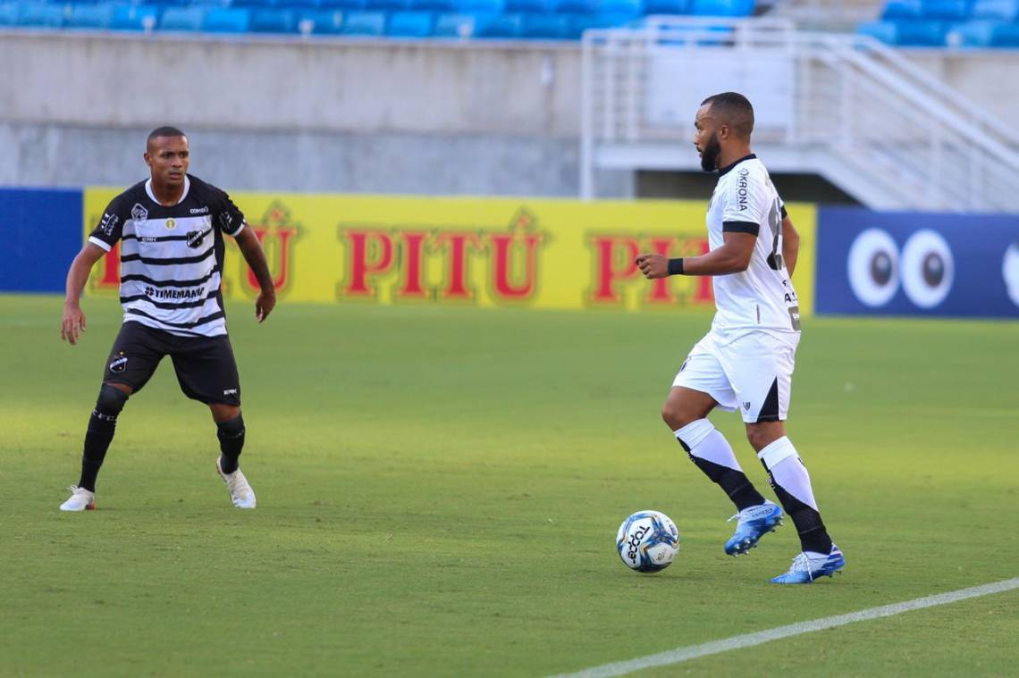 Samuel Xavier, do Ceará, domina a bola diante do ABC