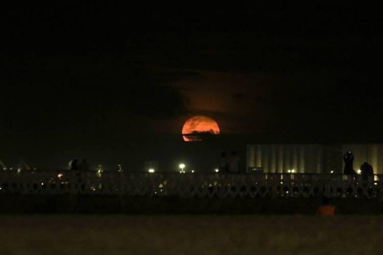 FORTALEZA, CE, BRASIL, 09/02/2020: Super lua no espigão da Rui Barbosa. Praia de Iracema.  (Foto: Beatriz Boblitz/ O POVO)