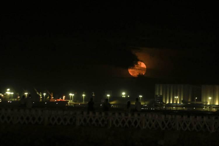 FORTALEZA, CE, BRASIL, 09/02/2020: Super lua no espigão da Rui Barbosa. Praia de Iracema.  (Foto: Beatriz Boblitz/ O POVO) (Foto: Beatriz Boblitz)