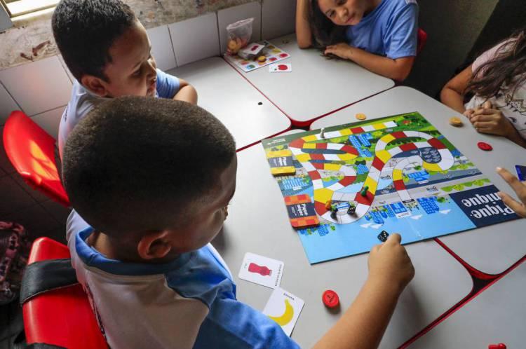 A LDB estabelece um prazo de 200 dias letivos, no mínimo, distribuídos em dois semestres para as escolas do País