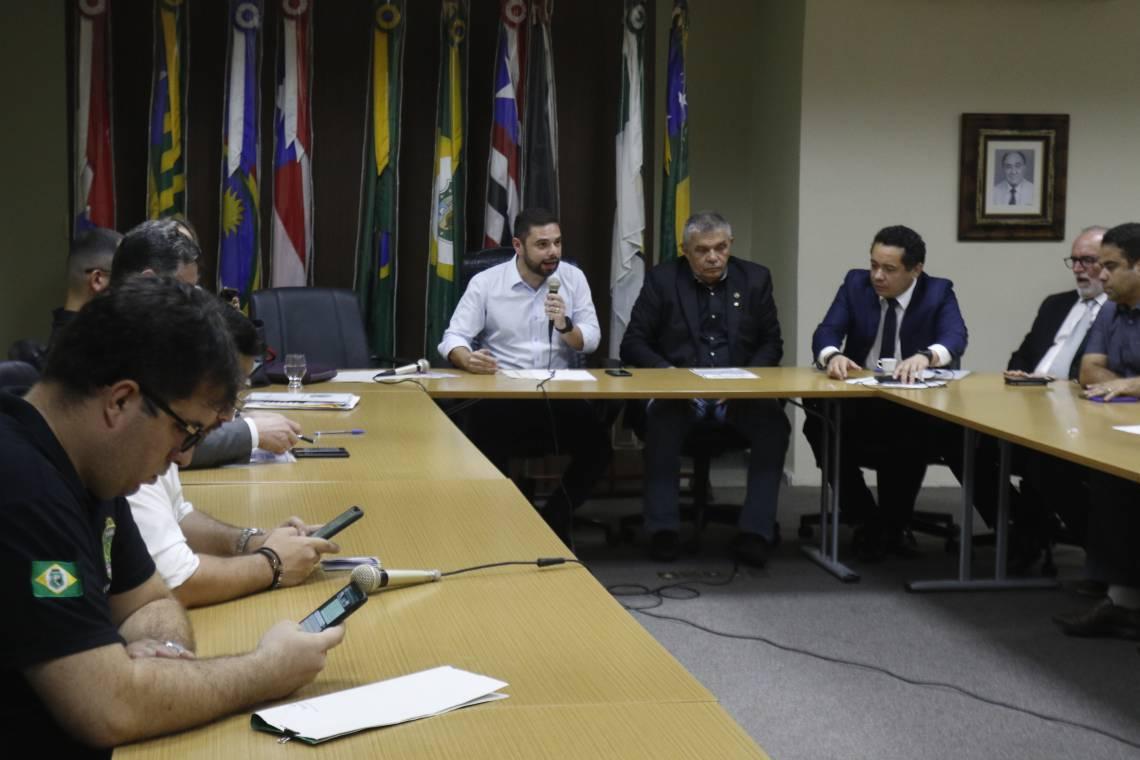 PRIMEIRA rodada de negociações não chegou a um acordo. Novo encontro está marcado para quinta-feira na Assembleia Legislativa