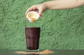 Suco Cinco pós do restaurante Natural Leve é feito de suco de açaí, mel, guaraná em pó, noz de cola, marapuama, catuaba e ginseng