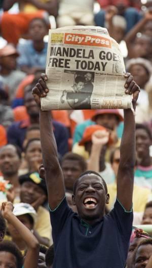 foto de arquivo tirada em 11 de fevereiro de 1990. Sowetan mantém em Soweto um jornal anunciando a libertação do líder anti-apartheid, Nelson Mandela.