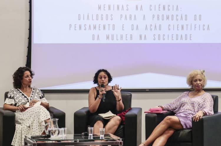 Laeticia  Jalil, Andrea Sousa e Sonia Guimarães estiveram em roda de conversa sobre o pensamento e a ação científica da mulher na sociedade, na sede da Fiocruz no Eusébio. (Foto: Thais Mesquita/ O POVO)