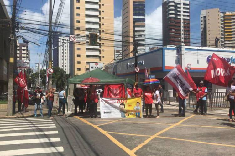 Servidores estaduais bloqueiam rua em protesto por reposição salarial